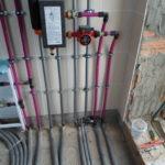 Отопление трубами REHAU Трубы в отоплении играют важную роль, т.к. по ним подается горячая вода к радиаторам. Не так давно для отопления традиционно применялись стальные трубы, но, как правило, через 5 лет их приходилось менять, т.к. вода обладает агрессивными свойствами, трубы ржавеют, дают течь и выходят со строя. Ситуация кардинально изменилась в 80-х годах прошлого века, когда появились металлопластиковые трубы, не боящиеся коррозии. В отличие от своих предшественников срок их службы — не менее 50 лет, т.е. в 10 раз больше. Немаловажный фактор и в том, что внутренняя поверхность металлопластиковых труб имеет шероховатость в 20 раз более низкую, чем у стальных труб, которые покрывались известковыми отложениями, зарастали, из-за чего снижалась проходимость воды. Однако большой минус металлопластиковых труб – большой коэффициент теплового расширения. Проблему удалось решить, когда стали применяться для отопления трубы REHAU. Для их производства служит сшитый полиэтилен (PEXa) – инновационный материал, не имеющий абсолютно никаких недостатков. Отопление трубами REHAU обладает колоссальными преимуществами. Их можно эксплуатировать при семидесятиградусной температуре в течение 50 лет, при этом на них не возникают даже малейшие трещины. У труб минимальная шероховатость, вследствие чего не образуется накипь, и не происходит отложение солей. Отопление трубами REHAU отличается и тем,что они соединяются надвижными условно разборными гильзами. В случае необходимости демонтажа какого-либо узла не нужно вырезать трубу, достаточно лишь сдвинуть гильзу. Монтаж отопления трубами REHAU производит ООО «ДИЗАЙН ПРЕСТИЖ», компания, имеющая безупречную репутацию на отечественном рынке систем отопления. «Сделано на совесть!», — говорят клиенты, воспользовавшиеся ее услугами.