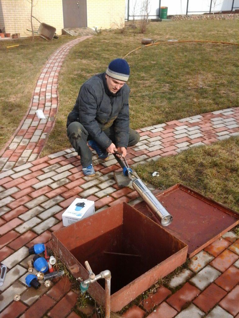Монтаж троса для насоса водоснабжения