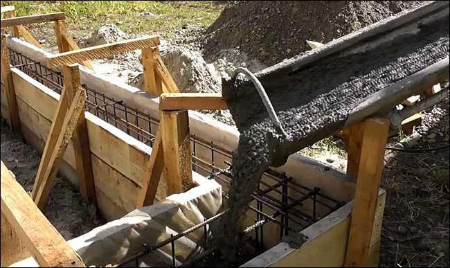 Заливка бетона из бетономешалки