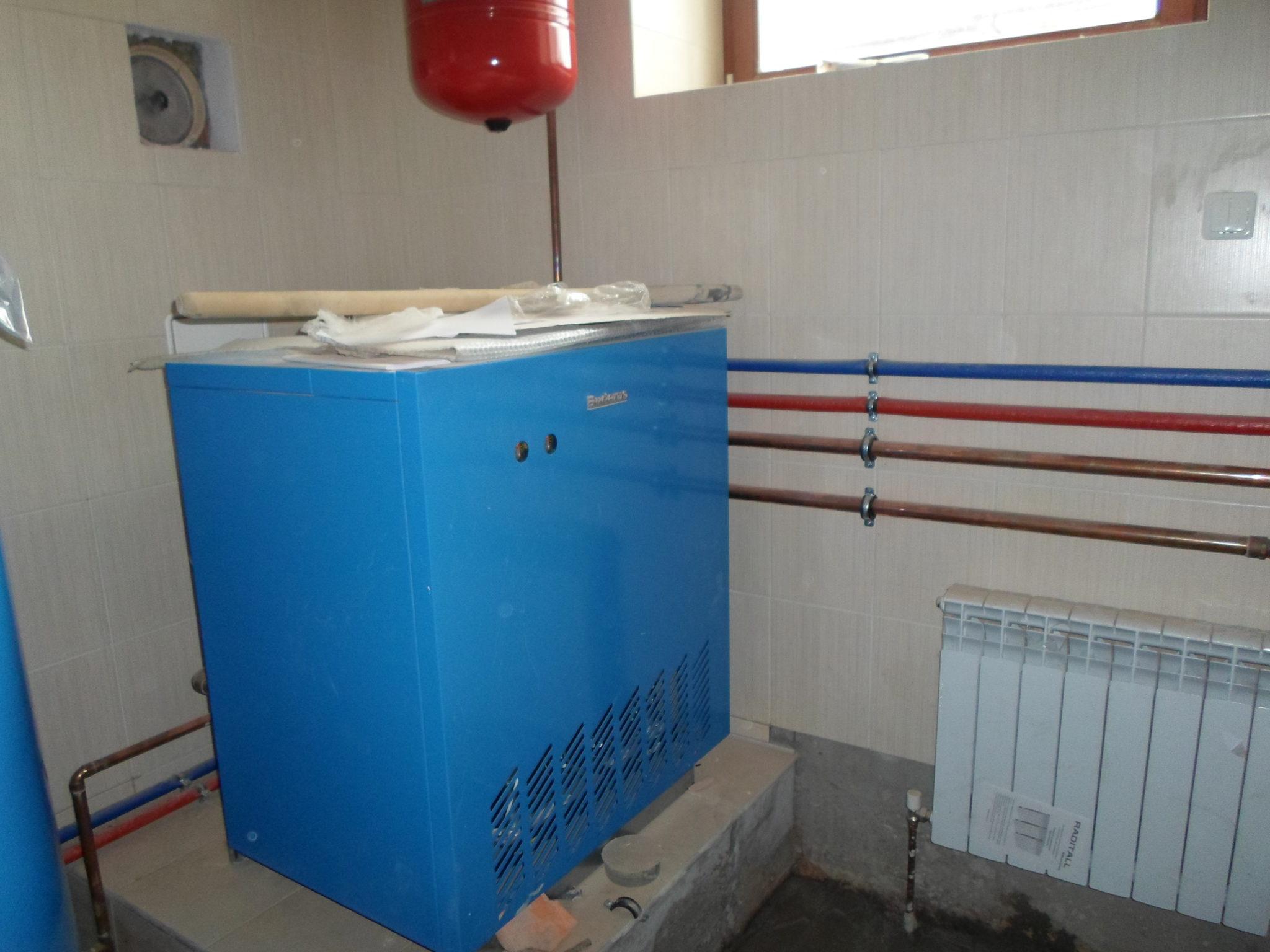Отопление котлом BUDERUS Немецкие котлы торговой марки BUDERUS (Германия) впервые появились в российской торговле 10 лет назад, завоевав признание у покупателей отменным качеством, завидной надежностью и ощутимыми сроками эксплуатации. Отопление котлами BUDERUS осуществляется с помощью газа, электроэнергии, котлы могут работать на дизельном, а также на твердом топливе. Компания BUDERUS с XVIII века выпускает чугунные котлы. В их производстве настоящее время применяется новейшая технология термопотока (Thermostream), благодаря чему температура ниже уровня точки росы не снижается, не образуется конденсат. В конструкцию котлов заложен трехходовый принцип, вследствие чего значительно снижаются атмосферные выбросы. Отопление котлами BUDERUS дает КПД до 95-96%, притом используются и стальные котлы. Их мощность различная и варьируется до 1,6 МВт. Котлы оснащены автоматикой и отключаются, если помещениям не требуется отопление и горячая вода. Проектирование и установку отопления котлами BUDERUS осуществляет ООО «ДИЗАЙН ПРЕСТИЖ», активно действующее в сфере отопительных услуг более пятнадцати лет, что гарантирует безукоризненность выполняемых работ.