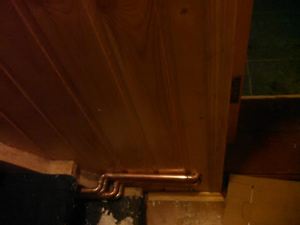 Проход труб отопления в коридоре